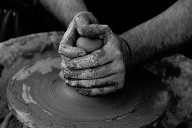 ידיים ממרכזות באבניים
