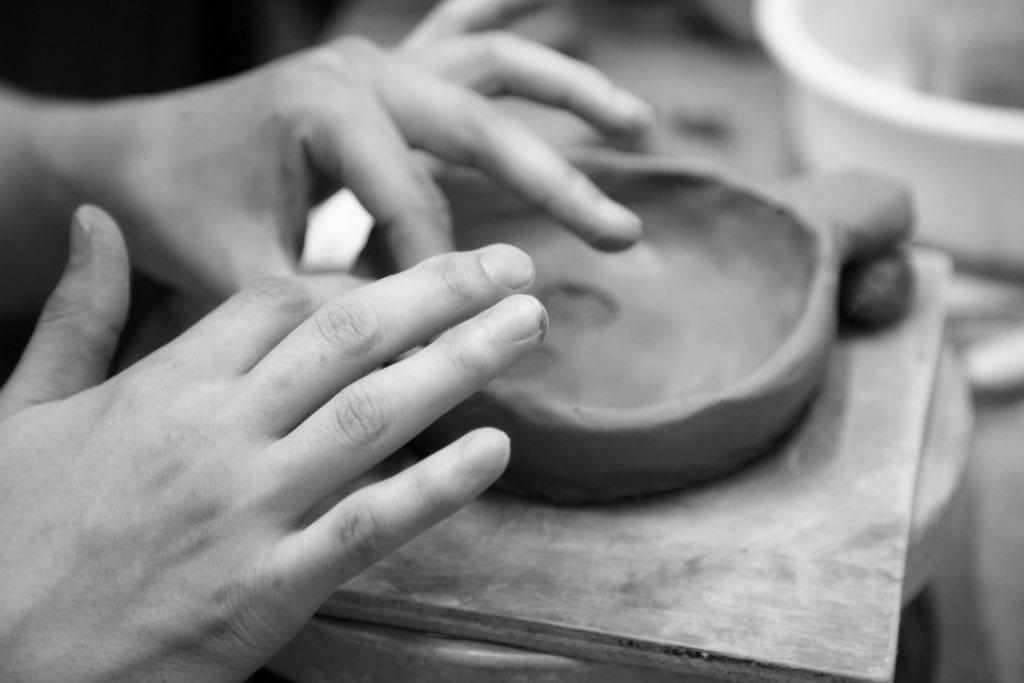 ידיים בונות קערה