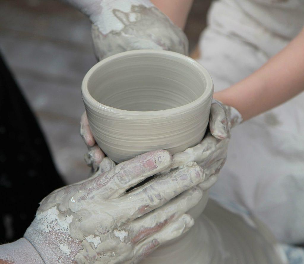 ידיים עובדות ביחד על אבניים