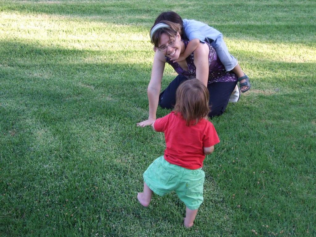 בדשא עם הילדים
