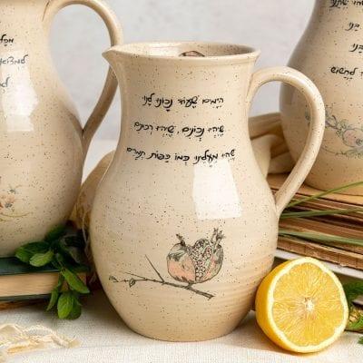 הַיָּמִים שֶׁעוֹד נָכוֹנוּ לָנוּ – קנקן שתיה